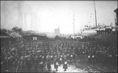 Canadian contingent boarding the SS Milwaukee, 1900
